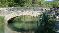 Brücke über dem Canal de Carpentras bei Velleron