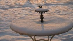 Tisch in der Provence unter einer Schneedecke