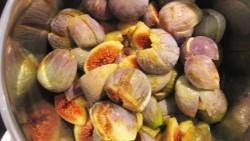 für einen Feigenkuchen vorbereitete Früchte (Feigen)