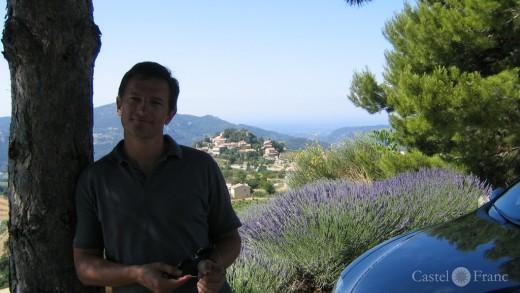 unbekannter Typ vor einem Weingut in Südfrankreich