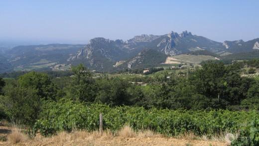 Blick von Le Barroux in die Dentelles du Montimrail