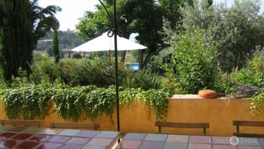 """Blick auf die Terrasse des """"Mas de la Lause"""" in Le BArroux"""