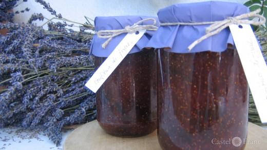 zwei Gläser Feigenkonfitüre mit einem Lavendelstrauß
