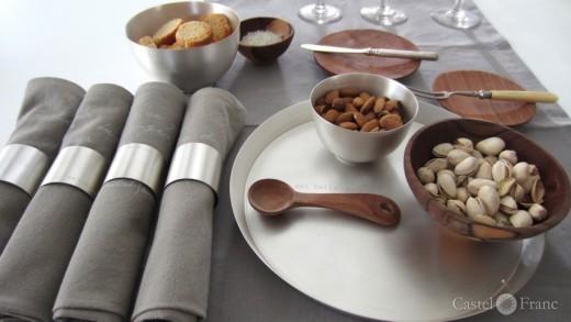 versilbertes Tablett, Schale und Serviettenringe, ⓒ: Castel Franc /Provence