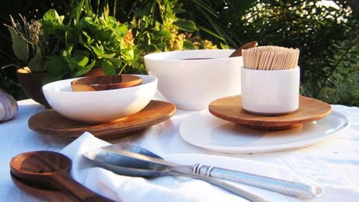 gedeckter Tisch mit Tellern aus Olivenholz, handmade by: Castel Franc / Provence