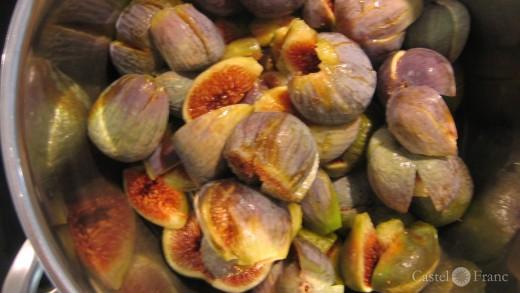 eine Schüssel voller vorbereiteter Figen für Konfitüre