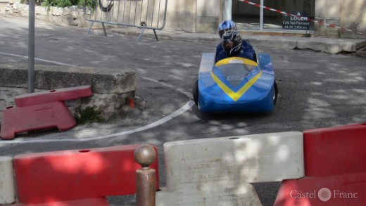 Seifenkistenrennen in Velleron, Provence: vor er Schikane