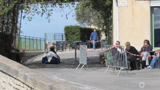 Seifenkistenrennen in Velleron, Provence: vor der Bar du Sport