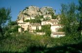 Das Dorf La Roque-Alric bei Beaumes-de-Venice in Südfrankreich