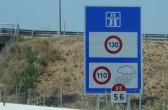 Hinweisschild zur Geschwindigkeitsbegrenzung auf 110 bei Regen in Frankreich