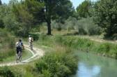 Radfahrer am Canal de Carpentras bei L'Isle-sur-la-Sorgue