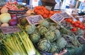 frische Artischocken auf dem Bauernmarkt